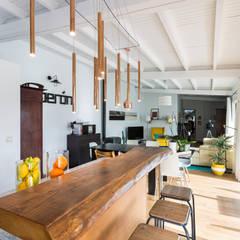 Cocina salon: Cocinas de estilo  de roomy showroom