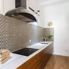 Casa de campo en Coruña: Cocinas de estilo  de roomy showroom