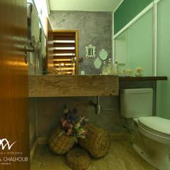 CASA DE PRAIA INDAIÁ: Banheiros rústicos por Mariana Chalhoub