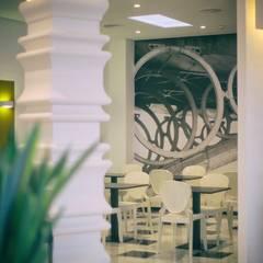 HOTEL MONTE TRIANA en Sevilla, España.: Hoteles de estilo  de Interiorismo Conceptual estudio
