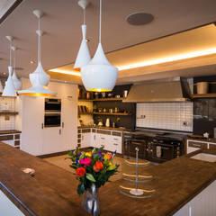 Upmarket home in Johannesburg:  Kitchen by Kim H Interior Design, Eclectic