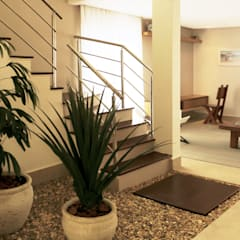 Jardim da escada: Jardins de inverno  por RAWI Arquitetura + Interiores