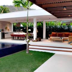 Pergolado em balanço dá acesso à varanda gourmet: Piscinas minimalistas por RAWI Arquitetura + Interiores