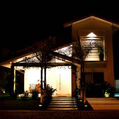 من RAWI Arquitetura + Interiores تبسيطي