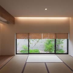 岩崎の家: Architet6建築事務所が手掛けた和室です。
