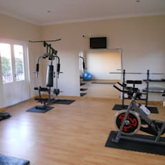 French House:  Gym by SOJE Interior, Design and Decor PTY (Ltd),