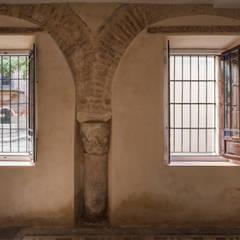 REHABILITACION INTEGRAL DE EDIFICIO. Calle Córdoba 9. Sevilla.: Paredes de estilo  de FAQ arquitectura