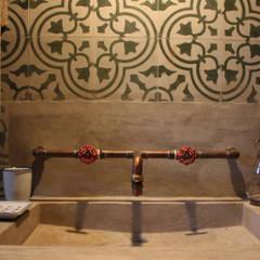 CABAÑA EN TAPALPA: Baños de estilo  por MORADA CUATRO, Rústico