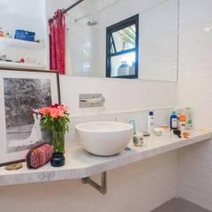 Reforma AS: Baños de estilo  por Estudio CRUDO,Clásico Azulejos