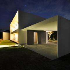 Garajes y galpones de estilo  por 門一級建築士事務所
