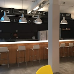 Oficinas Navent : Gastronomía de estilo  por Estudio CRUDO