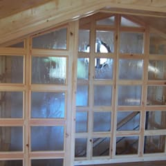 Bajo cubierta. Cerramiento de entrada con madera y cristal: Paredes de estilo  de la alacena segoviana s.l