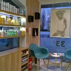 rénovation salon de coiffure: Locaux commerciaux & Magasins de style  par Backhome