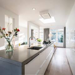 Keuken centraal: moderne Keuken door Masters of Interior Design