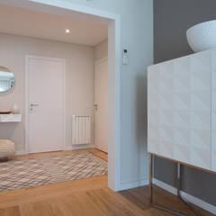 Sala e Hall | Depois: Corredores e halls de entrada  por MUDA Home Design