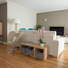 Sala   Depois: Salas de estar  por MUDA Home Design