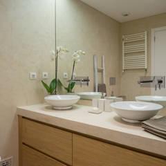 Apartamento em Telheiras - Lisboa Casas de banho modernas por MUDA Home Design Moderno