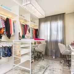 Quarto de menina - Montenegro, RS: Closets  por Melina Knopp Arquitetura