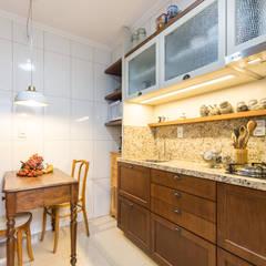 COZINHA COM MÓVEIS ANTIGOS: Cozinhas coloniais por Pura!Arquitetura