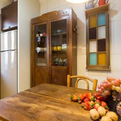 COZINHA COM MÓVEIS ANTIGOS Cozinhas coloniais por Pura!Arquitetura Colonial
