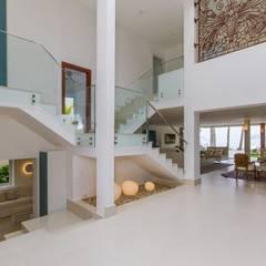 Escada e Hall de Entrada: Corredores e halls de entrada  por Tammaro Arquitetura e Engenharia