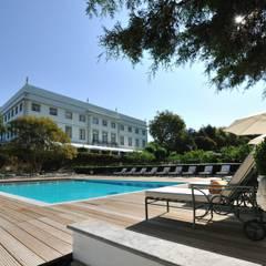 Hotel Tivoli Palácio de Seteais: Piscinas  por MARIA ILHARCO DE MOURA ARQUITETURA DE INTERIORES E DECORAÇÃO