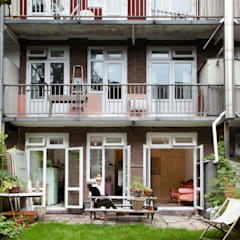 TINY APARTMENT WITH A GARDEN VIEW:  Huizen door Kevin Veenhuizen Architects