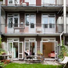 TINY APARTMENT WITH A GARDEN VIEW: eclectische Huizen door Kevin Veenhuizen Architects