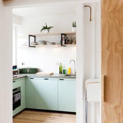 Cozinhas modernas por Kevin Veenhuizen Architects Moderno Concreto