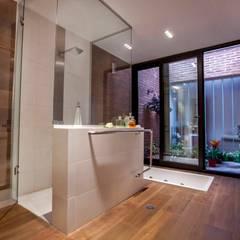 Casa Finca Cuyaya: Baños de estilo moderno por Horizontal Arquitectos