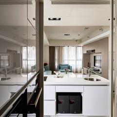 穿透視覺的L型廚房可獨立作業:  廚房 by 青瓷設計工程有限公司