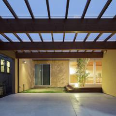 大泉学園町の住宅: カトウアーキテクトオフィスが手掛けたガレージです。