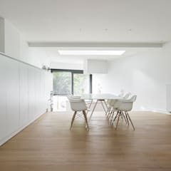 une paysage à habiter:  Eetkamer door White Door Architects