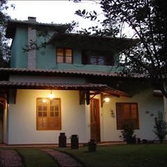 Residência localizada em um condomínio fechado em Casa Branca Brumadinho: Casas rústicas por Arquiteta Ana Paula Paiva