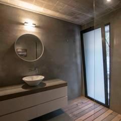 Casa El Faro 01.   Carmelo, Uruguay: Baños de estilo  por TC Estudio
