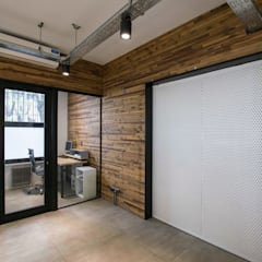Oficinas La Santa Teresita: Estudios y oficinas de estilo industrial por TC Estudio