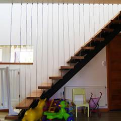Casa P: Pasillos y hall de entrada de estilo  por Smartlive Studio