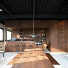大リビングの大きなテーブル: Innovation Studio Okayamaが手掛けたレストランです。