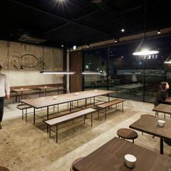 足元を明るく、光源を直接目に入れない照明計画: Innovation Studio Okayamaが手掛けたレストランです。