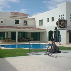 CASA BEIGE : Albercas de jardín de estilo  por SG Huerta Arquitecto Cancun , Tropical Caliza