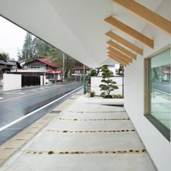 Garajes y galpones de estilo  por 富永大毅建築都市計画事務所