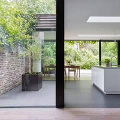 villa 1:  Woonkamer door White Door Architects