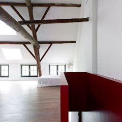 villa 1: minimalistische Slaapkamer door White Door Architects