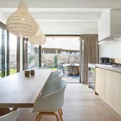 Duynvoet Schoorl nr. 10: moderne Keuken door Hinabaay