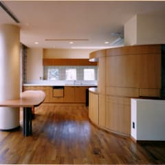 ダイニングよりキッチンを見る: 豊田空間デザイン室 一級建築士事務所が手掛けたキッチンです。