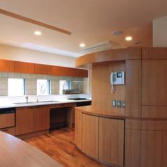 キッチンと曲面壁、バックカウンター: 豊田空間デザイン室 一級建築士事務所が手掛けたキッチンです。