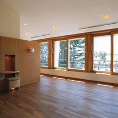 主寝室入口より南側を見る: 豊田空間デザイン室 一級建築士事務所が手掛けた寝室です。