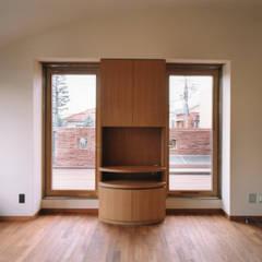 主寝室のルーフテラス側を見る: 豊田空間デザイン室 一級建築士事務所が手掛けた寝室です。