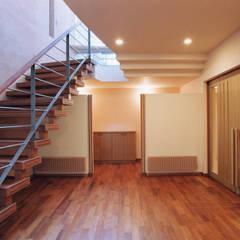 地中海をイメージする大型住宅: 豊田空間デザイン室 一級建築士事務所が手掛けた廊下 & 玄関です。