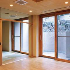 地階ホームシアター、ドライエリア: 豊田空間デザイン室 一級建築士事務所が手掛けた和室です。